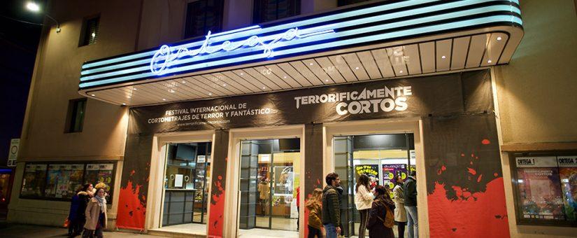 Fachada de los Cines Ortega vestida con los colores del festival.